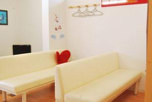 山口県下関市の「しんしも整骨院」 明るい待合室です。正しい姿勢で座れるイス<Style>を置いているのでお試しください。