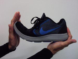 下関市の整骨院しんしも整骨院では正しい靴の選び方をアドバイスしています。固すぎず柔すぎない靴を選びましょう。